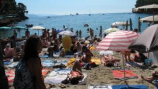 Dekket gyűjtenek az olasz partokon