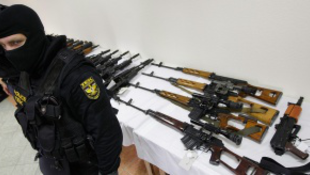 Brad Pitt fegyvereire csaptak le a magyar terrorelhárítók?