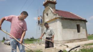 Romák építik újjá Isten házát