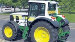 Traktorral hasítanak a rendőrök