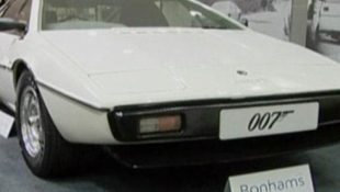 35 millióért vették meg James Bond autóját