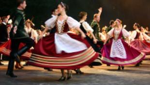 Fekete lábak ropják hajnalig a Duna-parton