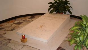 Költözik a halott pápa