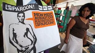Öt euróért bárki megkaphatja a meztelen Carla Brunit