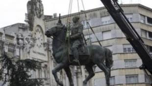 Lebontják a fasiszta diktátor szobrát
