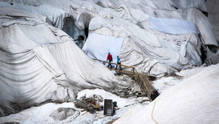 Takarókkal óvják a Rhone-gleccsert