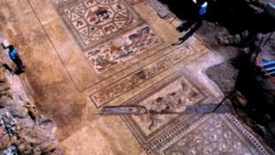 Szenzációs felfedezés: ókori művészek lábnyomait fedezték fel a padló alatt