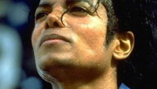 Tovább fagyasztják Michael Jackson testét