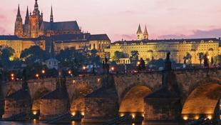 Tönkreteszik a turisták a Károly-hidat