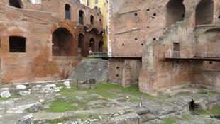 Tömegek lepik el a római utcát