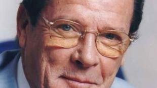 Roger Moore virágcsokrot küldött a magyar rendezőnek