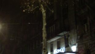 Radnóti-szobor a színház előtt