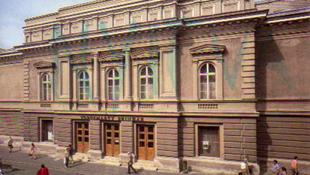 Feljelenteték a Vörösmarty Színház kivitelezőjét