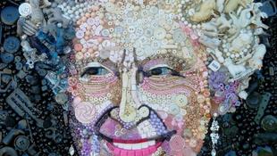 Királynő-portré talált tárgyakból