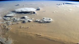 Homok és felhők tánca a Szahara felett