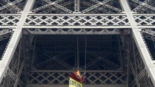 Az Eiffel-toronyról lógva tüntetett egy aktivista