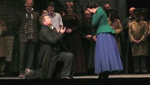 A színpadon kérte meg a lány kezét