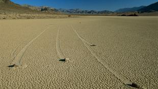 Vitorlázó kövek a sivatagban