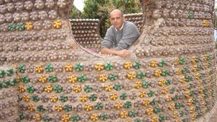Kólásüvegekből épít házakat