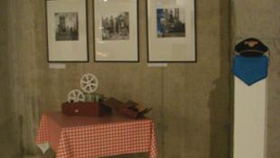 Ejtőernyő és parfüm a Legvidámabb barakk kiállításon