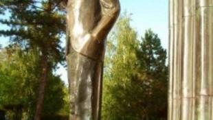 Horthy után Károlyi szobrát is megrongálták