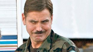 George Clooney idétlen bajuszt visel