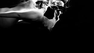 A nap képe: Füstöl a meztelen lány