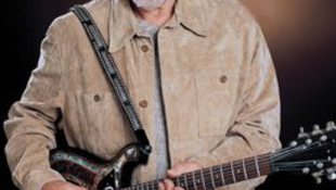 Új bandával turnézik a blues királya