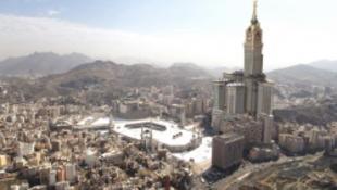 Felavatásra vár a világ legnagyobb toronyórája Mekkában
