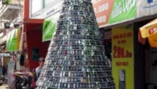 Mobiltelefonokból készült a karácsonyfa Vietnamban