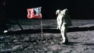 Szemétből kitúrt zászló kerül kalapács alá