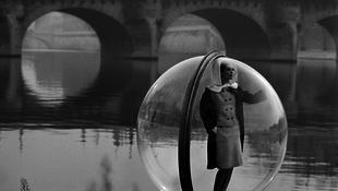 Buborékba zárták a gyönyörű modellt