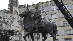 Nem állítják vissza a volt diktátor szobrát