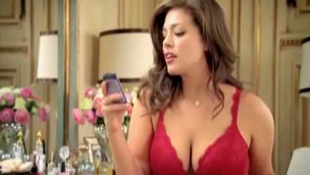 Letiltották a kebelcsoda fehérneműreklámját - videóval