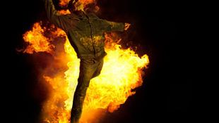 Felgyújtotta barátját az őrült fotós