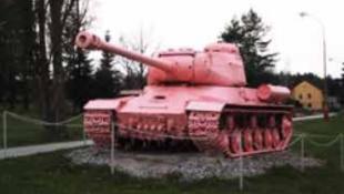 Rózsaszínű tank gördült be Prágába