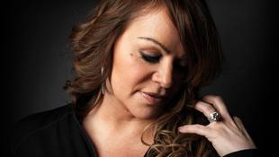 Önéletrajzot írt a tragikus sorsú énekeső