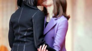 Carla Bruni megcsókolta a First Ladyt