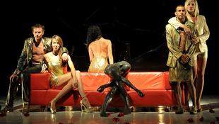 Fény derül a titokra: mesél a vörös kanapé