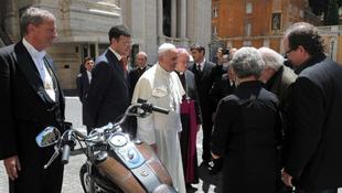Ferenc pápa túladott a Harley-ján