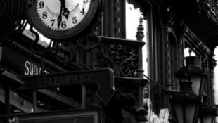 Sokba kerül egy párizsi nő