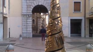 Csőd fenyegeti a várost, eladják a szobrukat