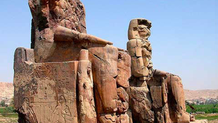 Leleplezték III. Amenhotep fáraó két óriásszobrát