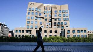Furcsán meggyűrődött az egyetemi épület