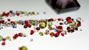 Gyermeki verejték csillog a régi Swarovski kristályokon