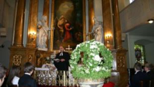Dráma: majdnem összeomlott a 15 méter magas oltár