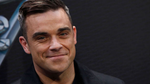 Robbie Williams kés alá fekszik