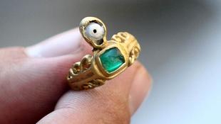 Szerencsehozó gyűrűt rejtett a föld