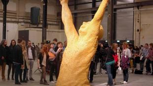 Elképesztő szobor rágóból