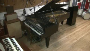 McCartney és Gordy avatja a legendás hangszert